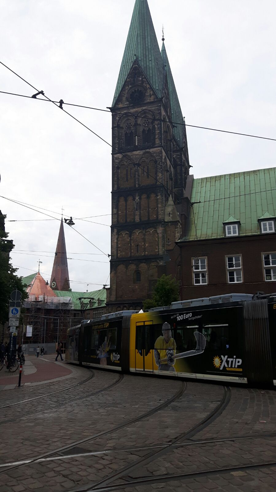 Bremen - S-Bahn und Kirche