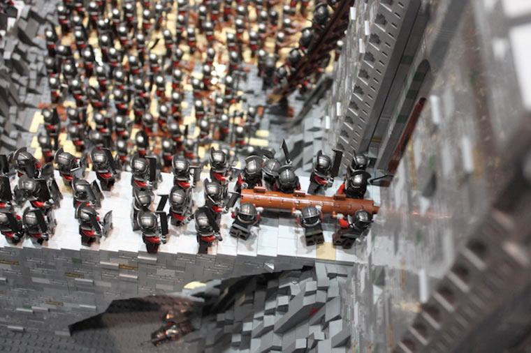 Helms Klamm in LEGO - Die Uruks mit der Ramme am Tor