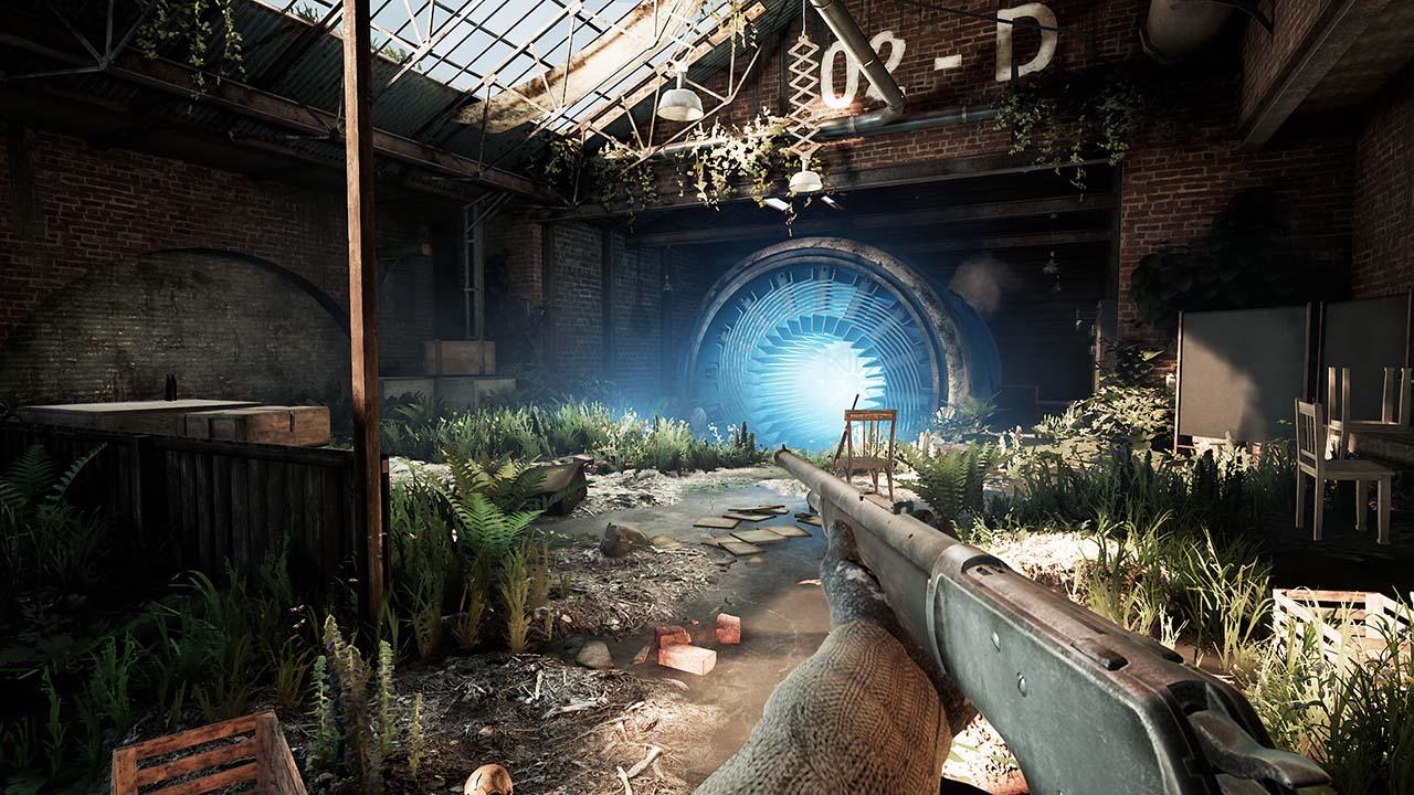 Screenshot von dem Mystery-Shooter INDUSTRIA – die Spielfigur steht in einer kleinen Halle, die von allerlei Pflanzen überwuchert wird. Im Hintergrund ist eine seltsame, große Turbine zu sehen, von welcher blaues Licht ausgeht.