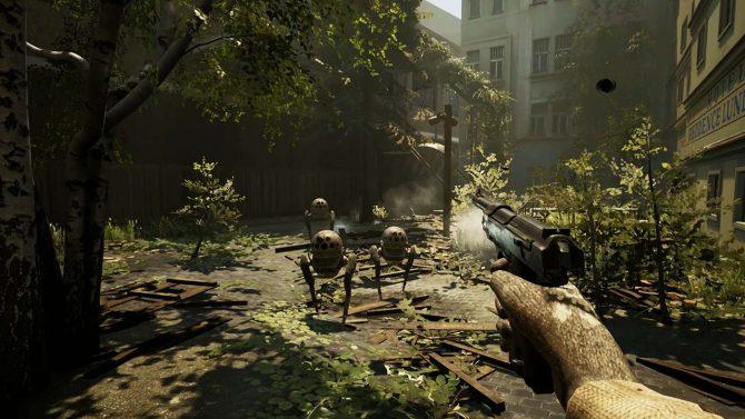 Screenshot von dem Mystery-Shooter INDUSTRIA – die Spielfigur steht mit einer Pistole bewaffnet in einem Innenhof, der von vielen Pflanzen überwuchert ist. Auf den Charakter stürmen drei kleine Laufroboter zu.