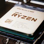 Gezeigt wird ein AMD Ryzen 5 3600 Prozessor in einer Nahaufnahme von oben.